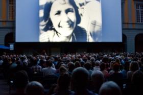 Vorführung im Arkadenhof während der Internationalen Stummfilmtage 2016