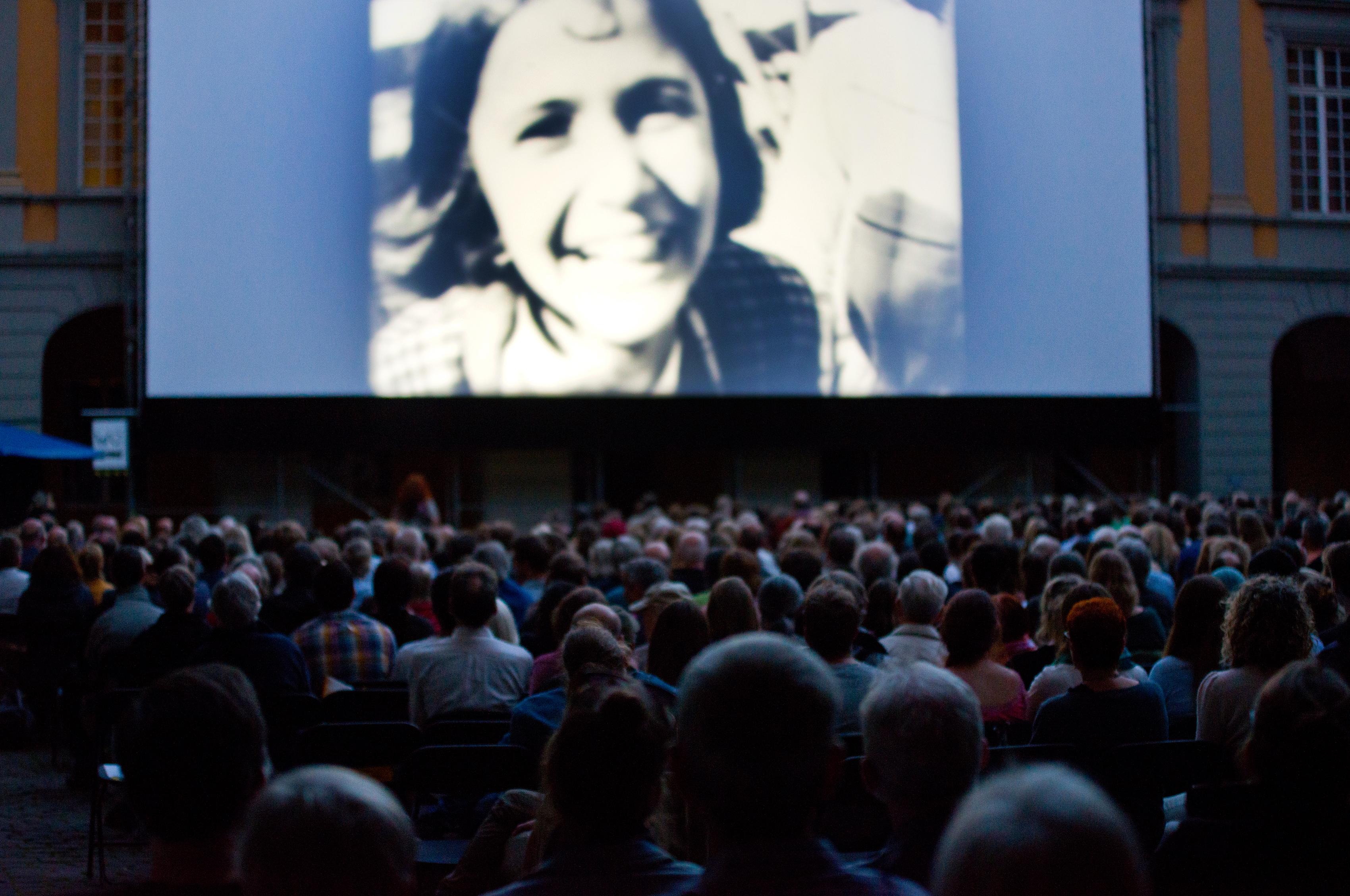 Vorführung im Arkadenhof während der Internationalen Stummfilmtage 2016_Foto: Salah Nassan, Bonn