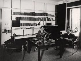 Walter und Ise Gropius im Wohnzimmer im Haus Gropius_Foto_Lucia Moholy_Bauhaus-Archiv Berlin / (c) VG BILD-KUNST Bonn 2014